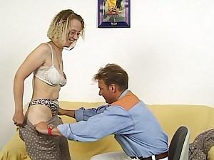 Helga auf der Fake penis Sofa